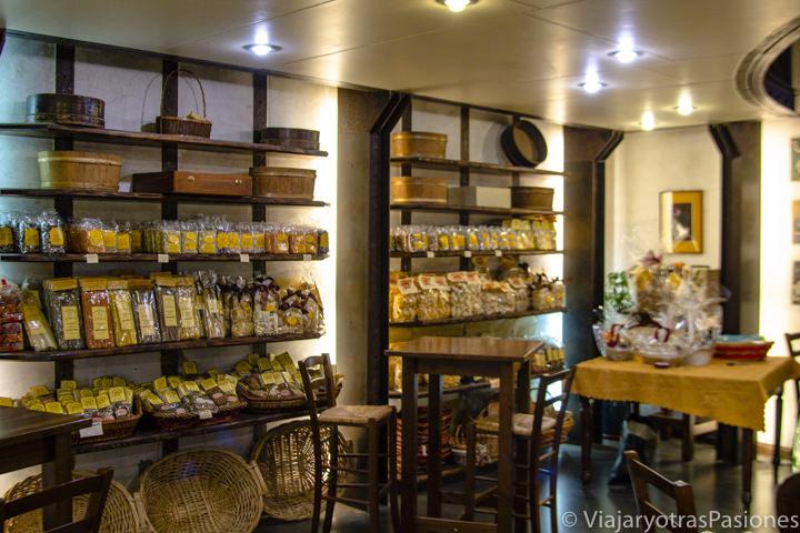 Interior de la Antica Bottega de Prospero, una de la mejores tiendas de comida en Lucca, Italia