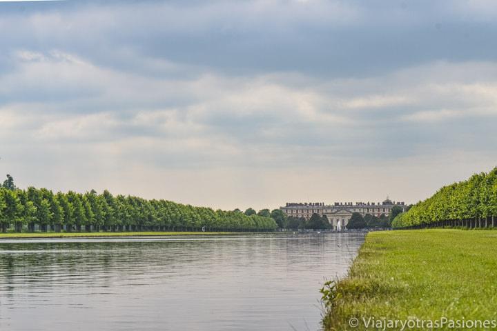 Increíble vista de la Longwater y del Palacio de Hampton en el Bushy Park, Londres