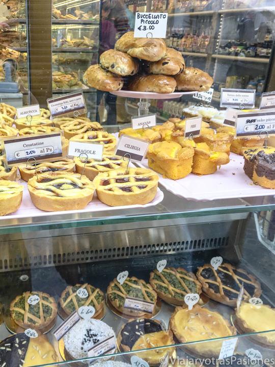Escaparate de una típica pastelería de Lucca con el famoso buccellato