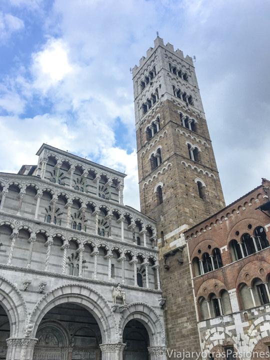 Detalle de la fachada y vista del campanario del Duomo de Lucca, Italia
