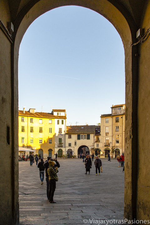 Espectacular entrada de la Piazza del Anfiteatro de Lucca en Toscana, Italia