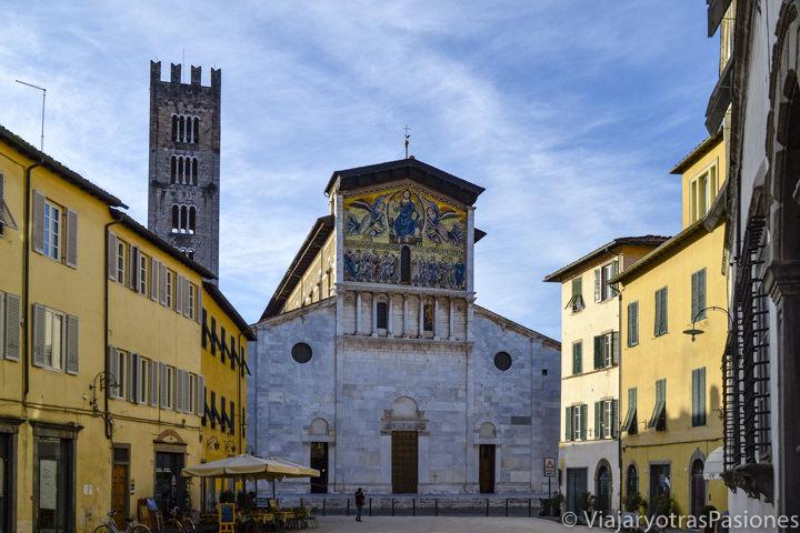 Hermosa vista de la Iglesia de San Frediano en el centro de Lucca, Italia