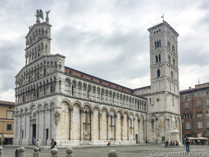Espectacular vista de la hermosa iglesia de San Michele in Foro en Lucca, Italia