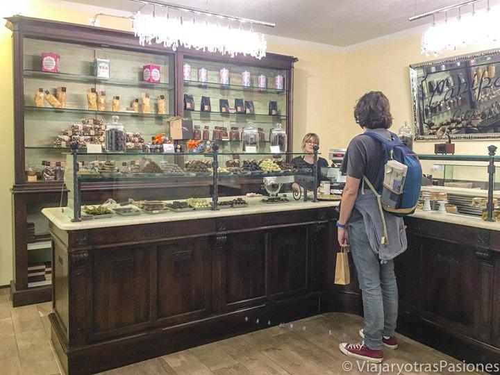Interior de la famosa chocolatería Caniparoli en el centro de Lucca, Italia