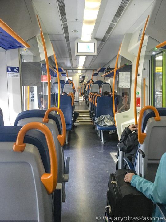 Interior de un tren regional para iur a Lucca en Toscana, Italia