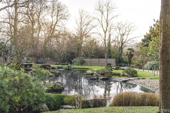 Panorámica del bonito jardín japonés de Holland Park, uno de los parques de Londres mas bonitos