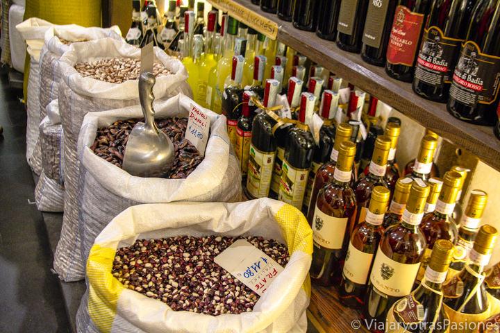Selección de productos de la Antica Bottega de Prospero en Lucca, Italia
