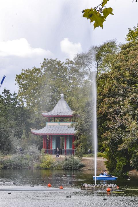 Hermosa vista de la famosa pagoda del parque de Victoria en el este de Londres, Reino Unido