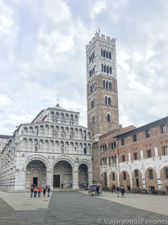 Vista del histórico Duomo di Lucca en Toscana, Italia