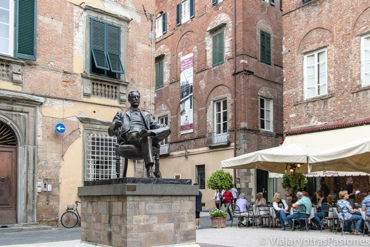 Panorama de Piazza della Cittadella y de la estatua de Giacomo Puccini en Lucca, Italia