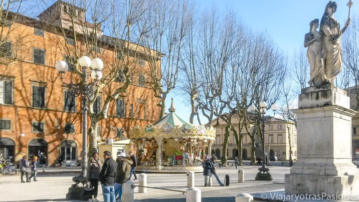 Vista panorámica de la bonita Piazza Napoleone en Lucca, Italia