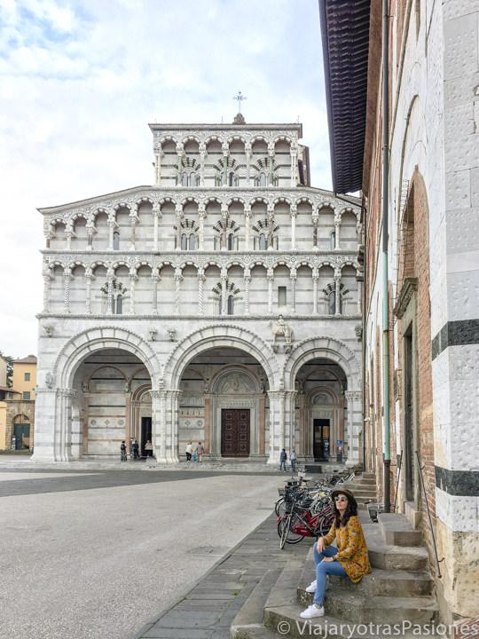 Vista de la hermosa fachada del Duomo di Lucca en Toscana, Italia