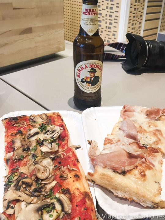 Pizza al taglio en la Pizzeria Alice en Lucca, Italia
