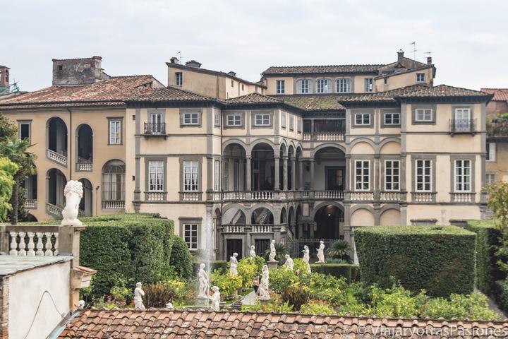 Vista del Real Collegio en el centro de Lucca en Italia