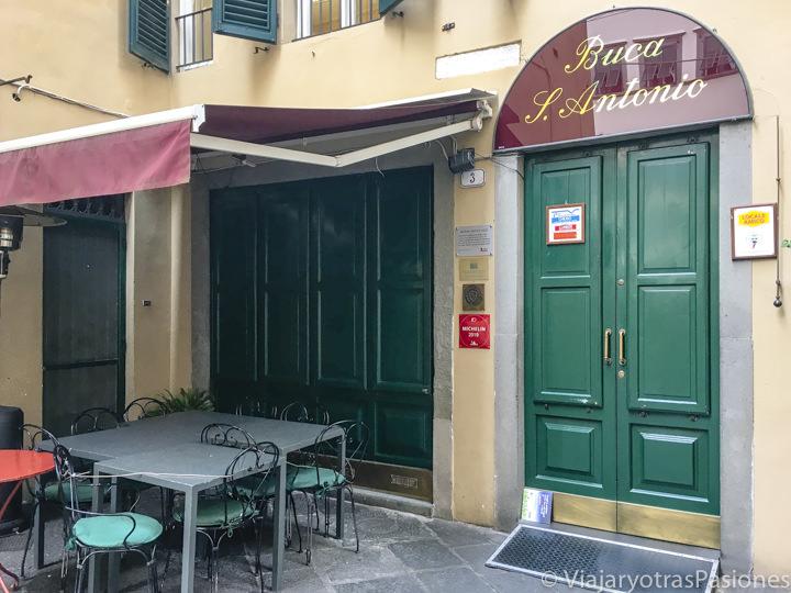 Entrada del famoso restaurante La Buca di Sant'Antonio en Lucca, Italia