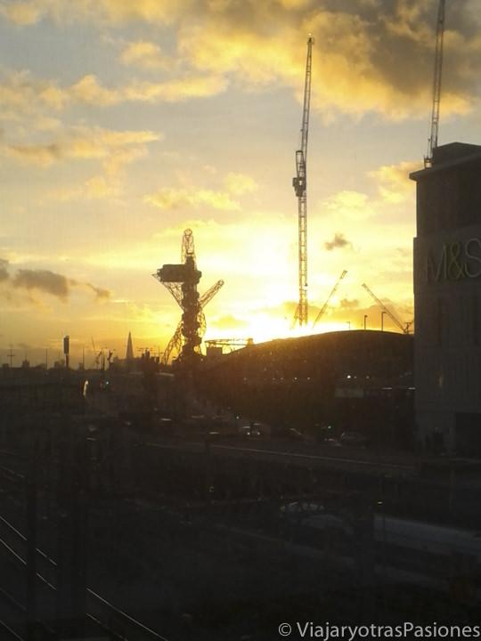 Atardecer sobra el parque olímpico en el este de Londres, Inglaterra