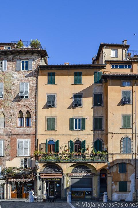 Bonitas fachadas de las casas en la Piazza di San Michele in Foro en Lucca, Italia