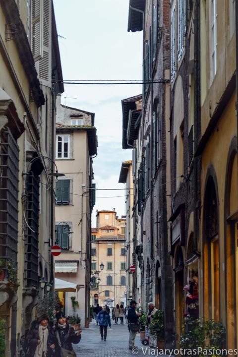 Típica calle en el centro de Lucca en Italia