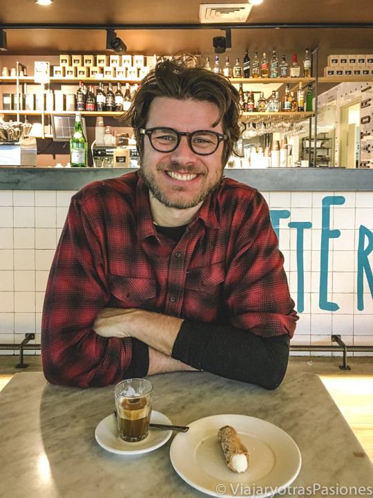 Tomando un cafe en la pastelería Papa en Bondi Beach, Sydney