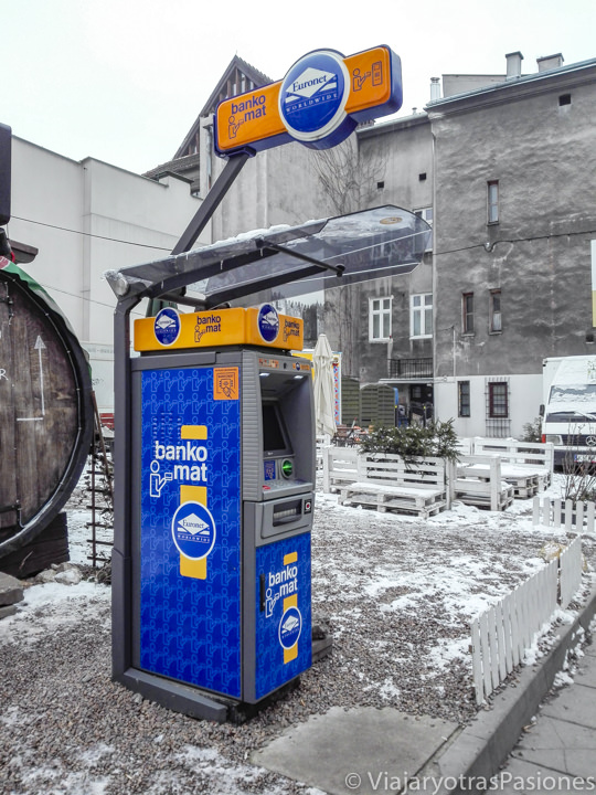 Típico cajero para sacar dinero en el centro de Cracovia, Polonia