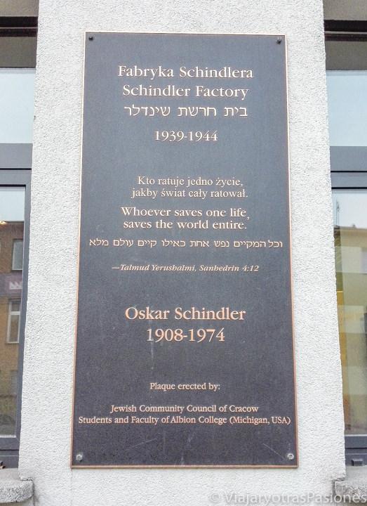 Lapida en recuerdo de Oskar Shindler en el barrio de Podgorze en Cracovia, Polonia