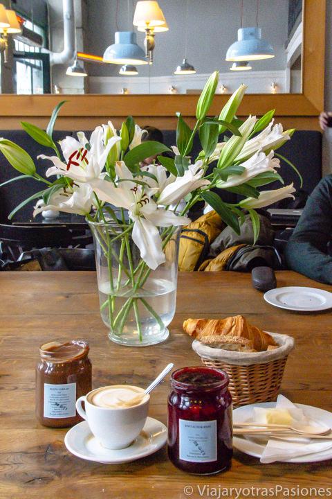 Delicioso desayuno en el cafe Charlotte en Cracovia, Polonia