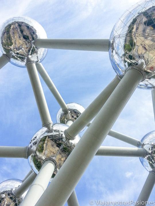 Imagen de cerca del espectacular Atomium de Bruselas, en Bélgica