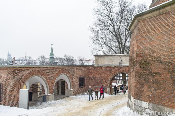 Entrada del famoso castillo Wawel en Cracovia, Polonia