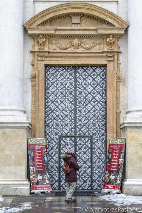 Hermosa puerta de entrada de la iglesia de San Pedro y San Pablo en Cracovia