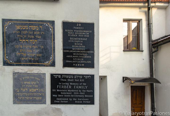 Lapidas en la entrada de la sinagoga Remuh en el barrio judío de Cracovia, Polonia