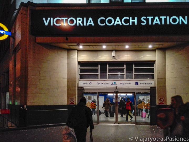 Entrada del Victoria Coach Station en el centro e Londres, Inglaterra