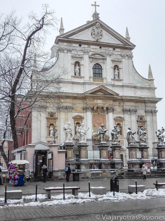 Fachada de la iglesia de San Pedro y San Pablo en Cracovia, Polonia