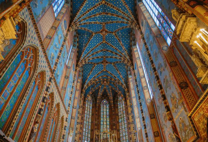 Interior del techo de la famosa Basílica de Santa María en Cracovia, Polonia