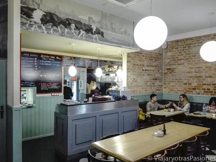 Interior del milk bar Tomasza en el centro de Cracovia, Polonia