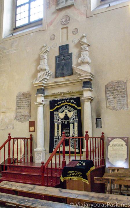 Interior de la sinagoga de Isaak en el barrio judío de Cracovia en Polonia