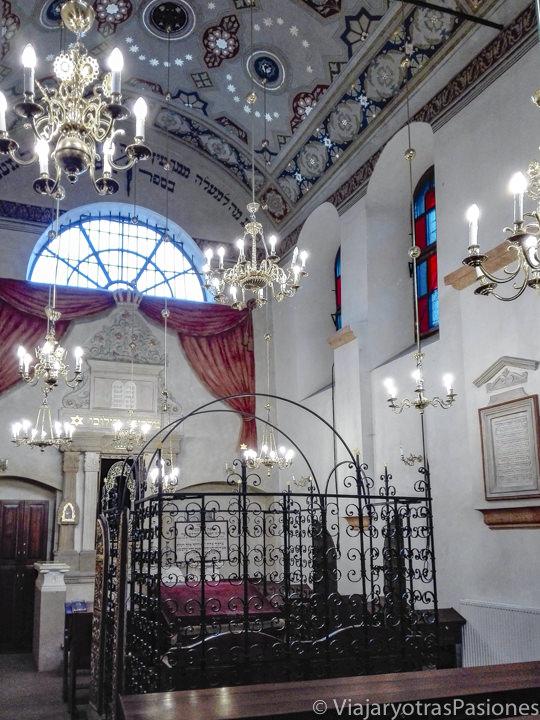 Interior de la sinagoga Remuh en el barrio judío de Kazimierz en Cracovia