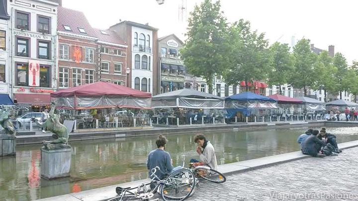 Panorama de la fuente cerca de la Plaza de Saint Catherine en Bruselas, en Bélgica