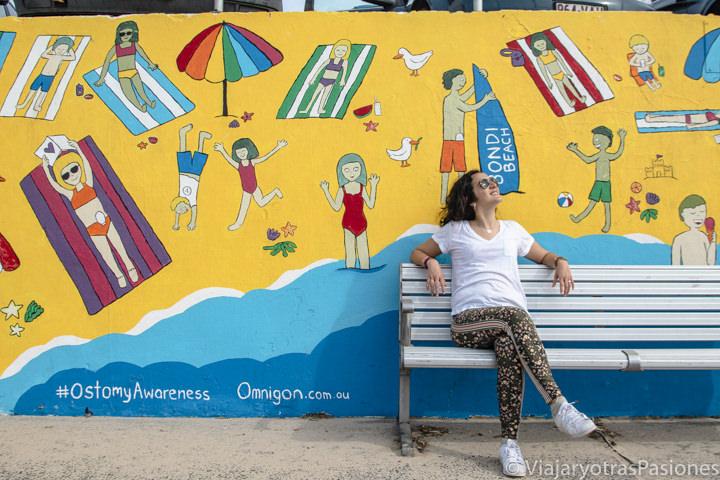 Banco frente a un bonito mural de Bondi Beach, Sydney
