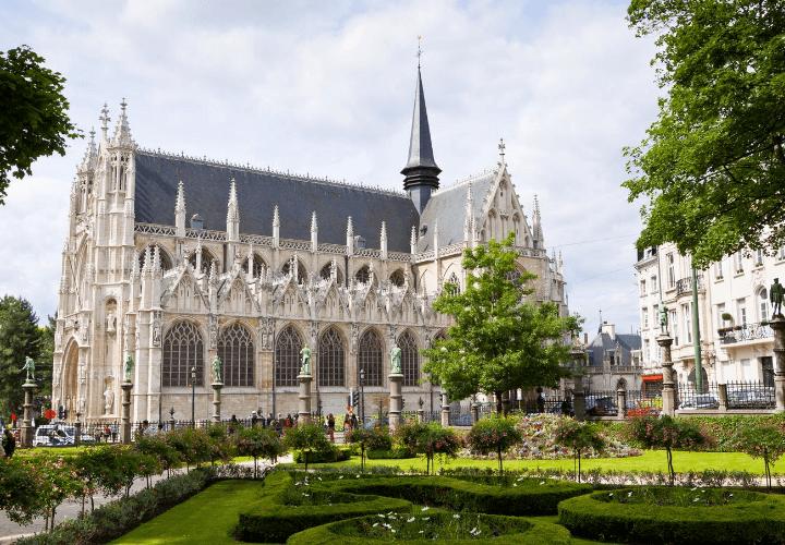 Hermosa vista de la iglesia de Notre Dame desde al Petit Sablon en Bruselas, en Bélgica