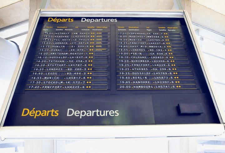 Pantalla del aeropuerto de París Charles de Gaulle en Francia