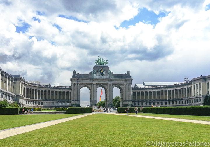 Panorama del famoso Arco del Cincuentenario en Bruselas, en Bélgica