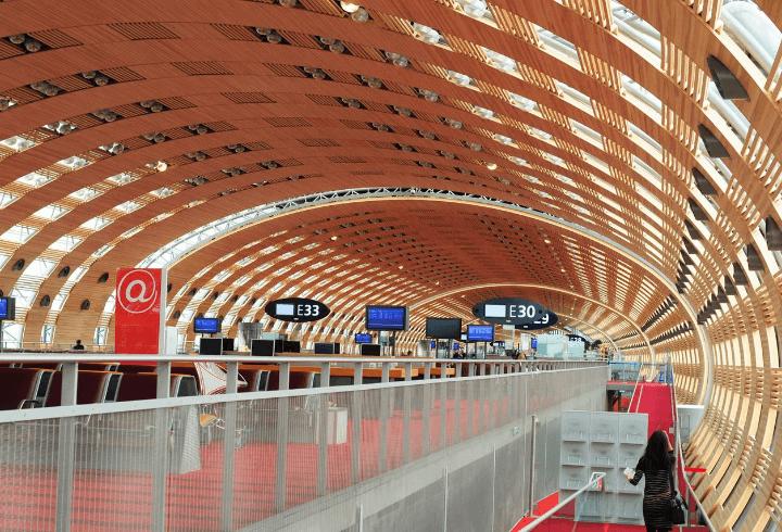 moderno pasillo del aeropuerto charles de gaulle de paris