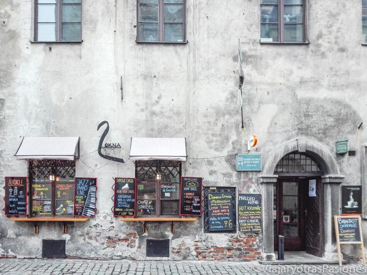 Entrada de un típico restaurante en el barrio judío de Kazimierz en Cracovia, polonia