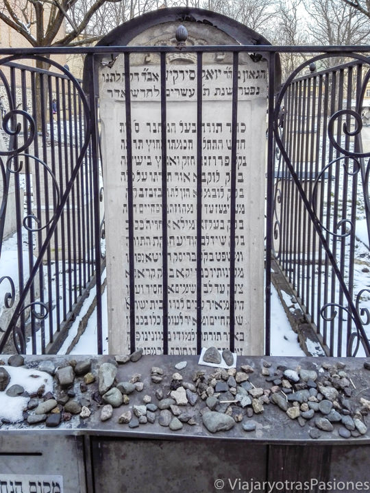 Primer plano de una típica lapida en el cementerio judío de Remuh en Cracovia, Polonia