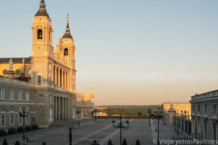 Amanecer en la famosa plaza frente a la Catedral de la Almuduena de Madrid, España
