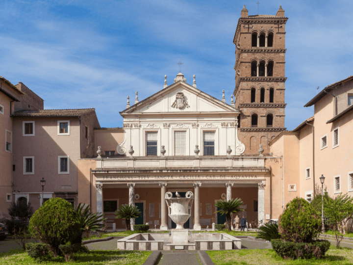 Bonita fachada de la basílica de Santa Cecilia en Trastevere, en Roma