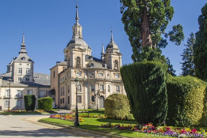 Vista de la bonita Colegiata en La Granja, España
