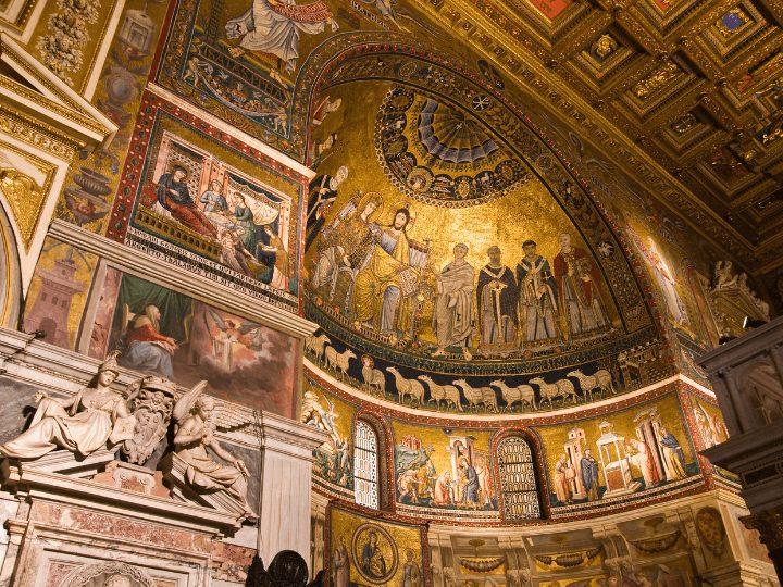 Precioso interior de la bonita Basílica de Santa María de Trastevere en Roma, Italia