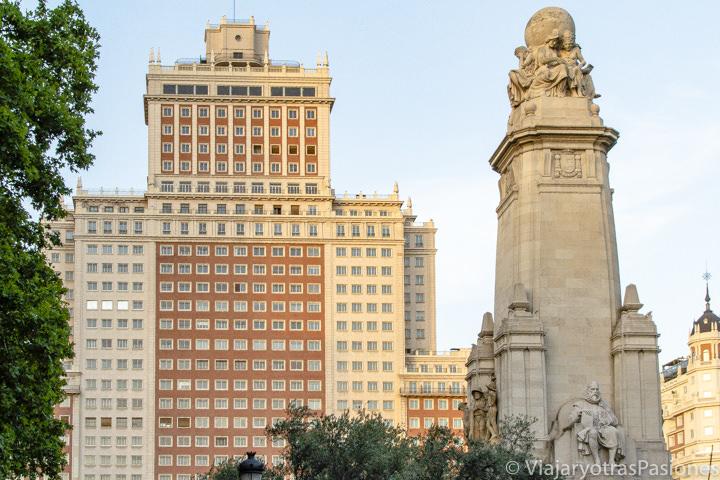 Fachada de impresionante Edificio España en la Plaza de España de Madrid