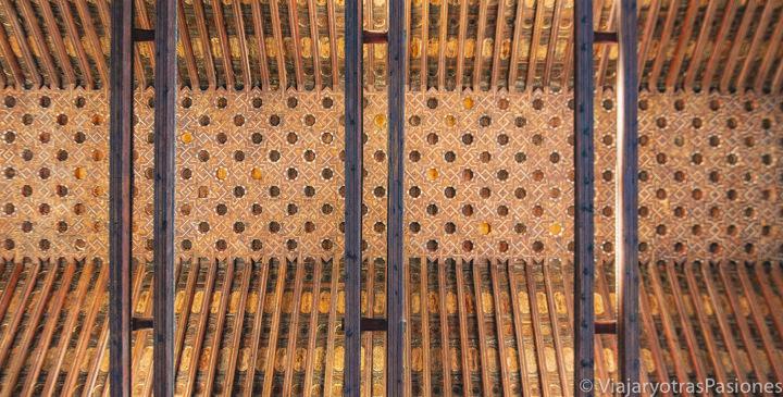Espectacular techo de la sinagoga del Tránsito en Toledo, España